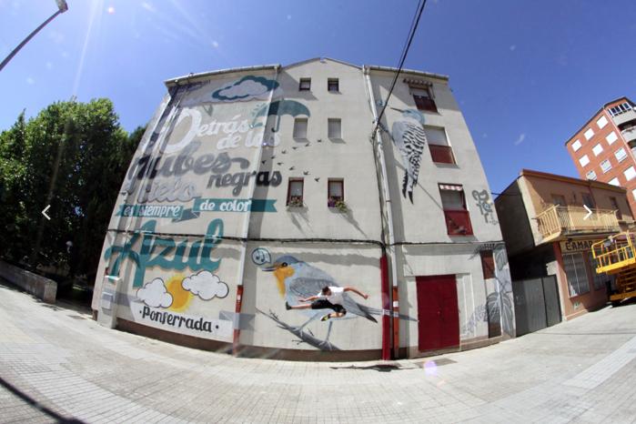 El artista Asier enfrente de uno de sus murales en Ponferrada.