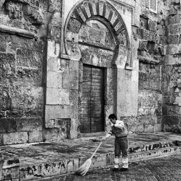 María limpiando la Mezquita |Fotografía de Pepe González-Arenas | Compra arte en Flecha.es