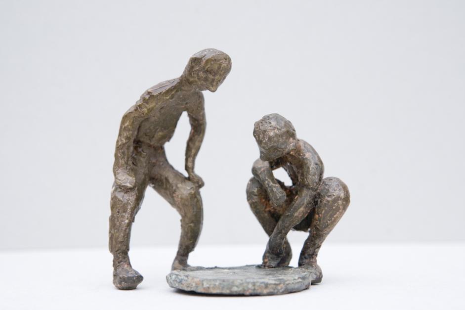 Dos chavales y una alcantarilla  Escultura de Ana Valenciano   Compra arte en Flecha.es