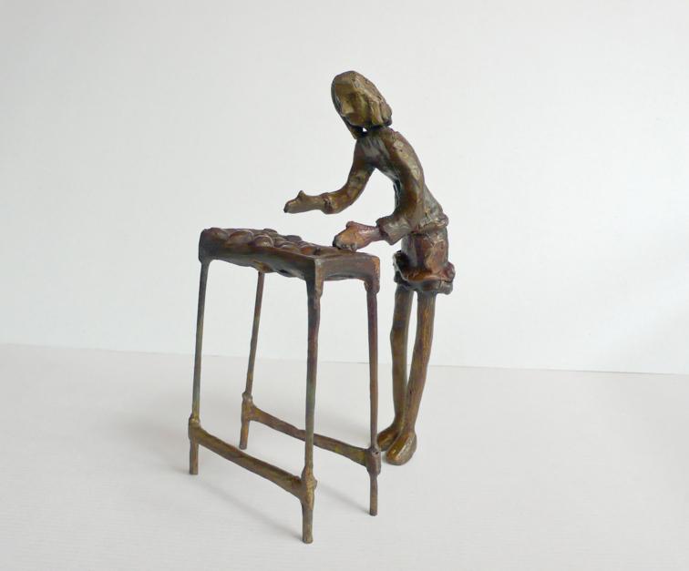 Elegir fruta (Serie Infinitivos) |Escultura de Ana Valenciano | Compra arte en Flecha.es