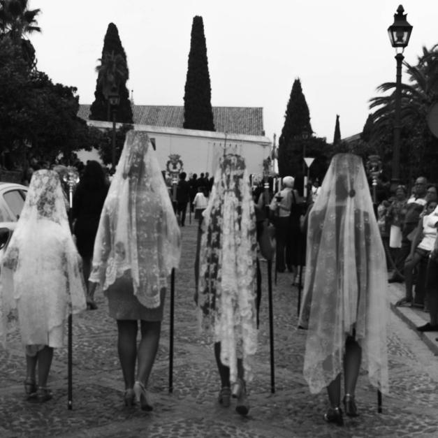 Las damas de la procesión |Fotografía de Pepe González-Arenas | Compra arte en Flecha.es