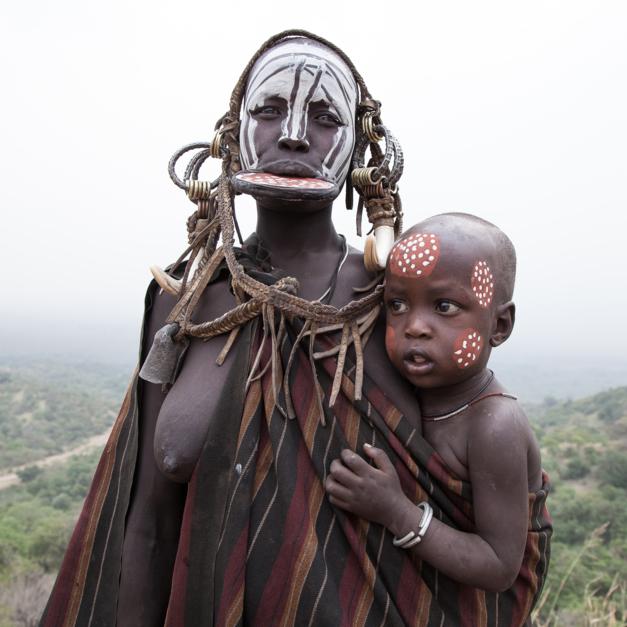 Mujer mursi e hijo. |Fotografía de Yael Portabales | Compra arte en Flecha.es