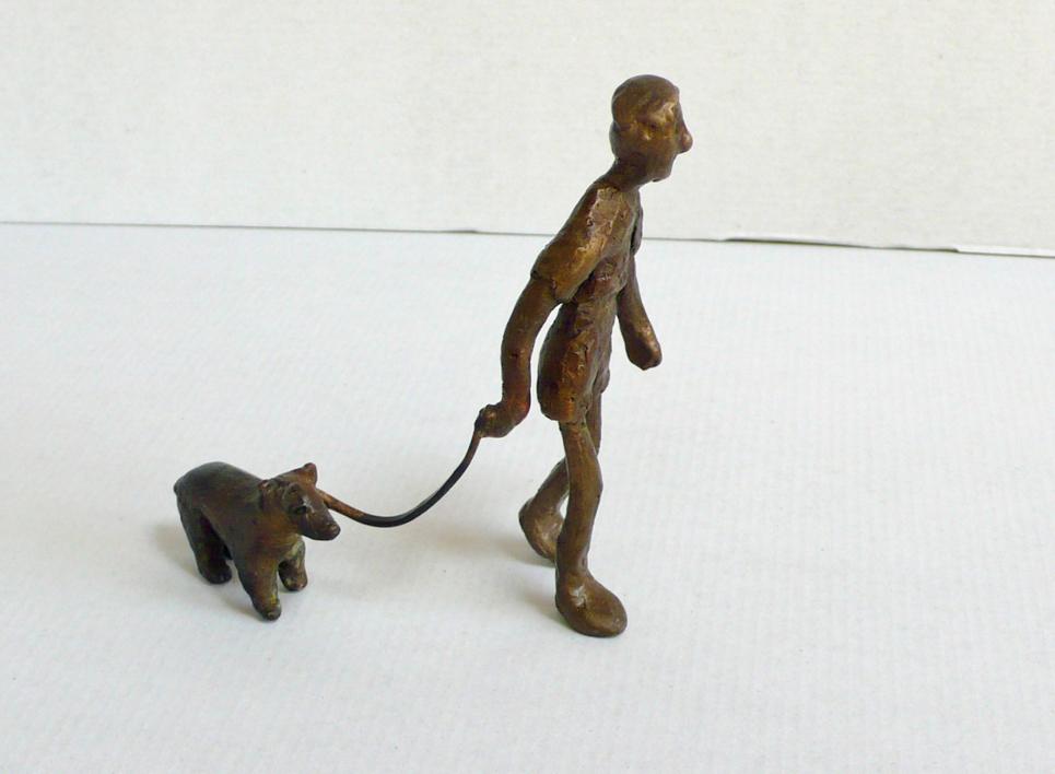 Sacar al perro |Escultura de Ana Valenciano | Compra arte en Flecha.es
