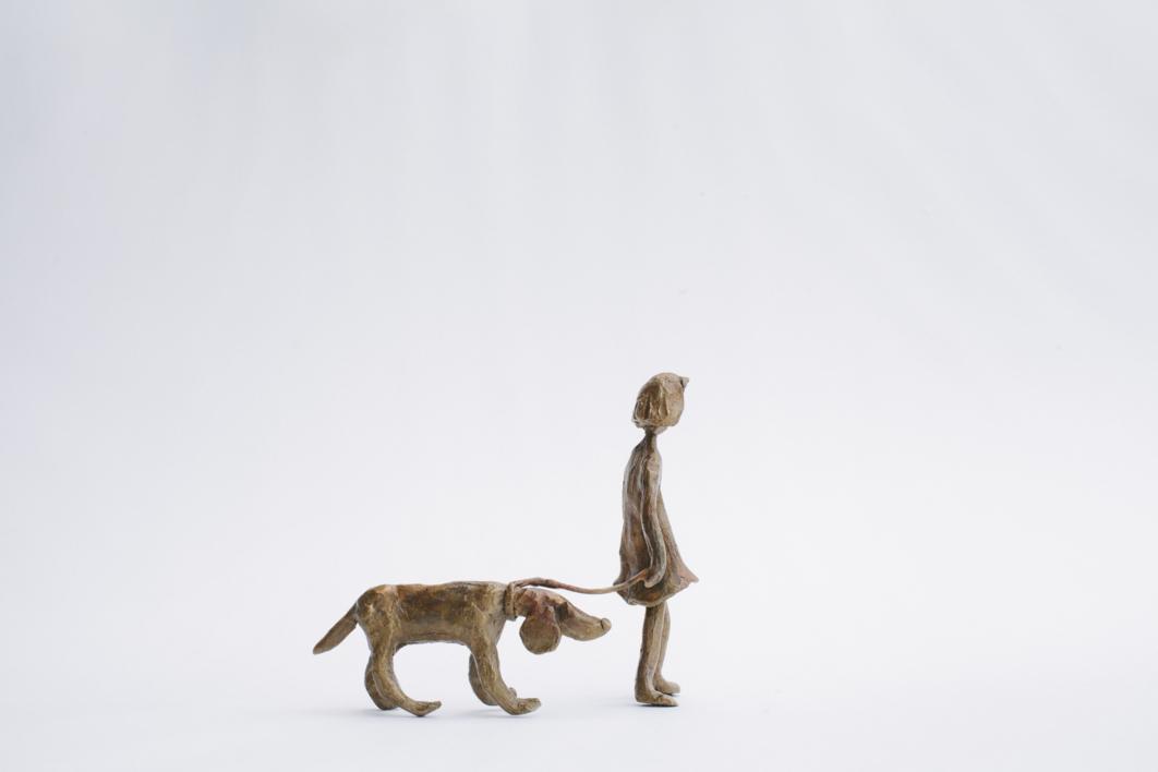 La niña del perro |Escultura de Ana Valenciano | Compra arte en Flecha.es