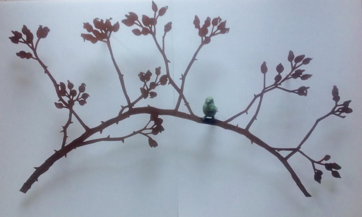 Rama de escaramujo con pájaro |Escultura de Charlotte Adde | Compra arte en Flecha.es