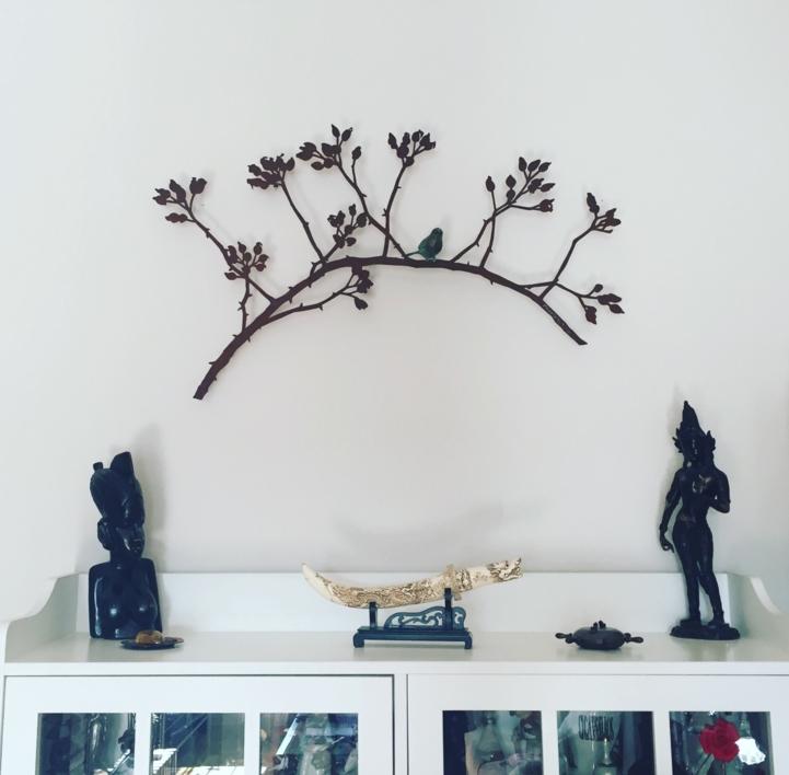 Rama de escaramujo con pájaro | Escultura de Charlotte Adde | Compra arte en Flecha.es