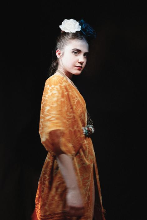La chica de amarillo |Digital de Carlota Lobo | Compra arte en Flecha.es