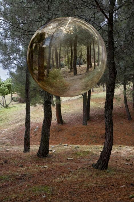 Esfera en el monte |Fotografía de Leticia Felgueroso | Compra arte en Flecha.es