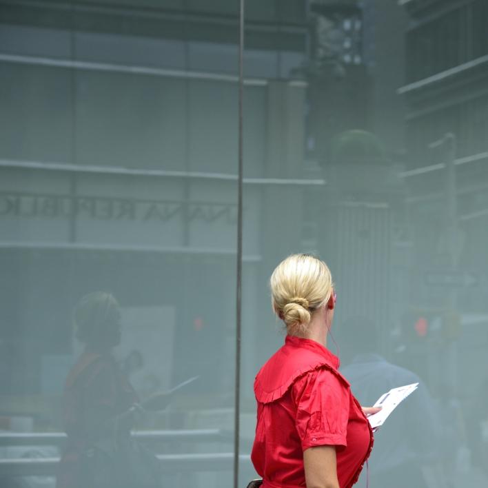 Woman in red |Fotografía de Cano Erhardt | Compra arte en Flecha.es