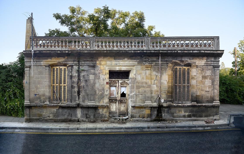 Lone building  14v2, Nicosia, Chipre  Fotografía de Andy Sotiriou   Compra arte en Flecha.es