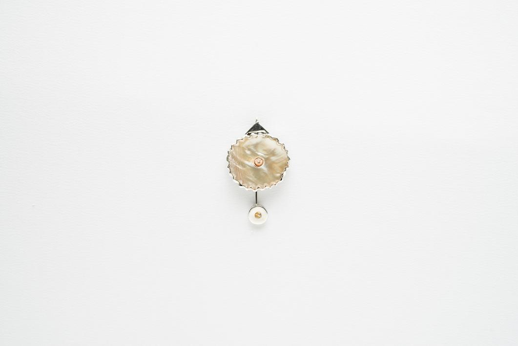 Alfiler (prendedor) corto de madre perla y chaquira |Joyería de Ester Ventura | Compra arte en Flecha.es