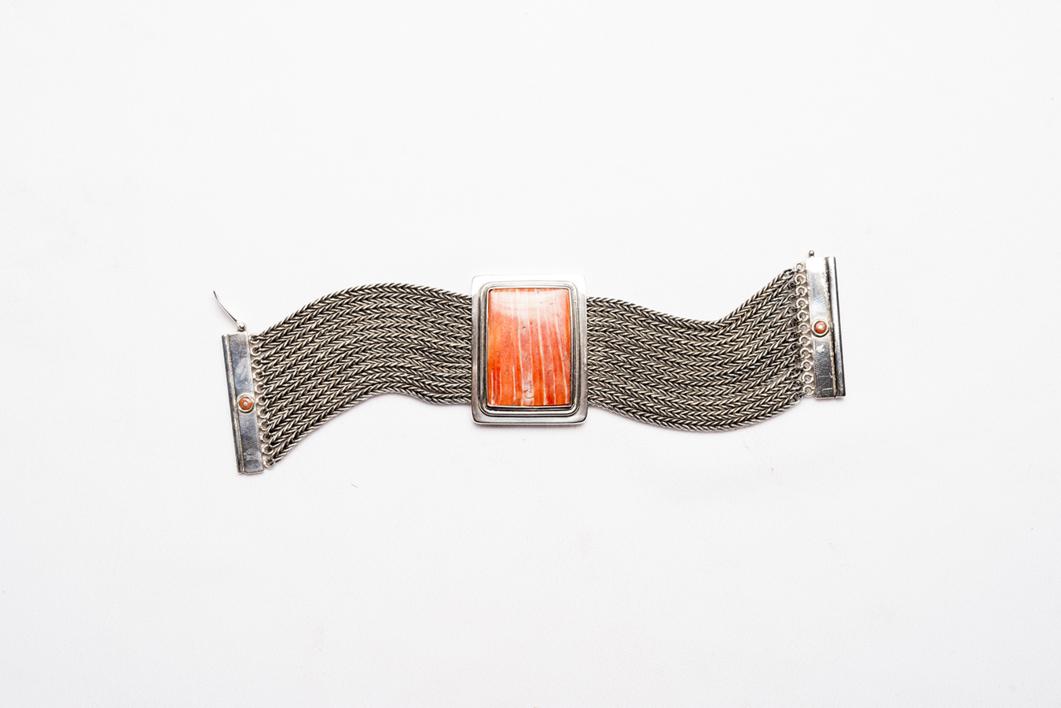 Eje rígido de Spóndylus y entorno flexible |Joyería de Ester Ventura | Compra arte en Flecha.es