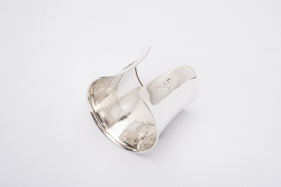 Brazalete de plata |Joyería de Ester Ventura | Compra arte en Flecha.es