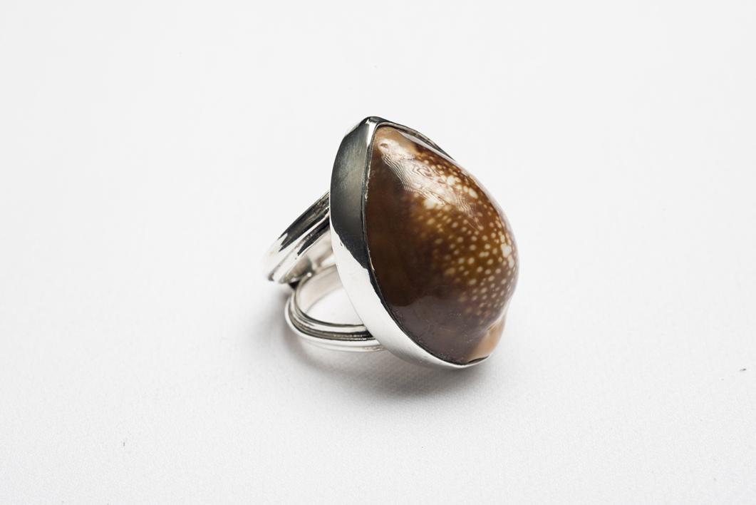 Anillo de plata 950 y caracol marrón |Joyería de Ester Ventura | Compra arte en Flecha.es