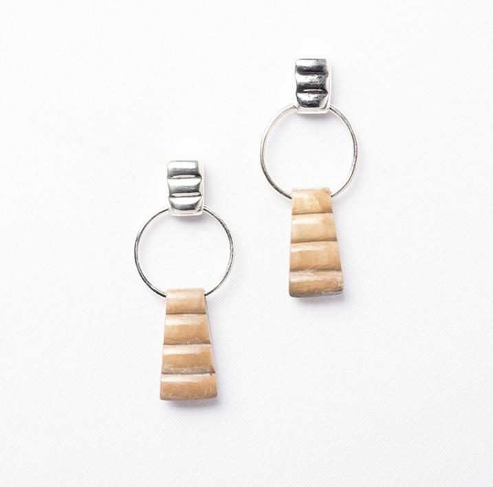 Pendientes de plata 950 y concha Strombus |Joyería de Ester Ventura | Compra arte en Flecha.es