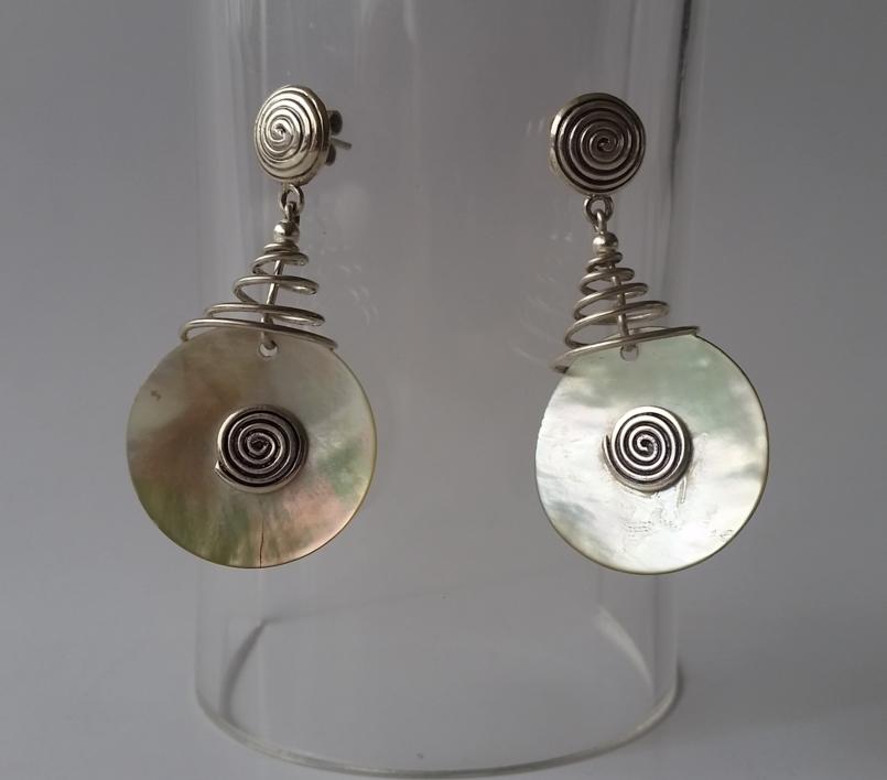 0f8bf6eadfc3 Pendientes de espiral en plata 950 y concha nácar