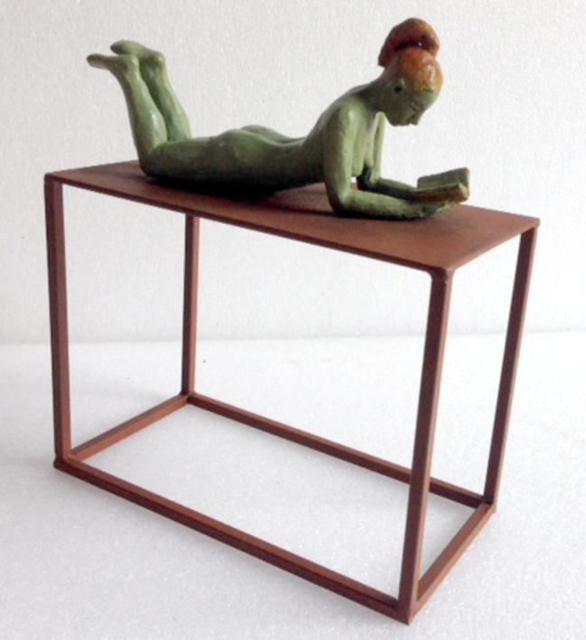 Un buen libro - tumbada |Escultura de Charlotte Adde | Compra arte en Flecha.es