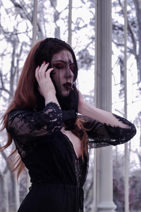Under the veil.  Fotografía de Rena Von Caustic   Compra arte en Flecha.es