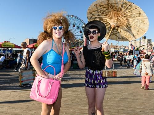 Ladies with Parasol |Fotografía de Cano Erhardt | Compra arte en Flecha.es