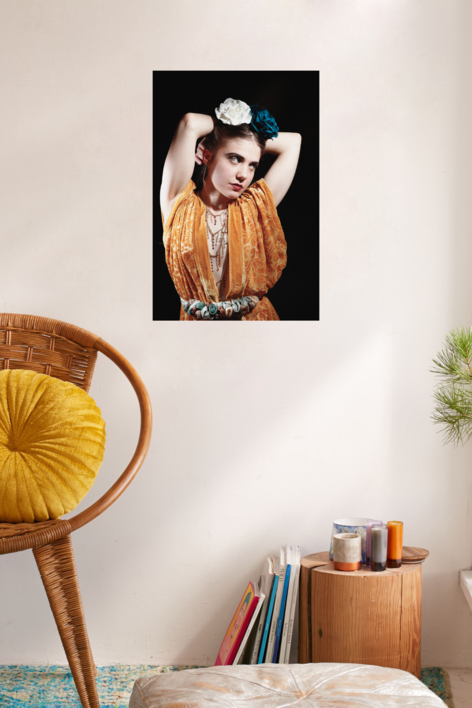 La chica de amarillo | Digital de Carlota Lobo | Compra arte en Flecha.es