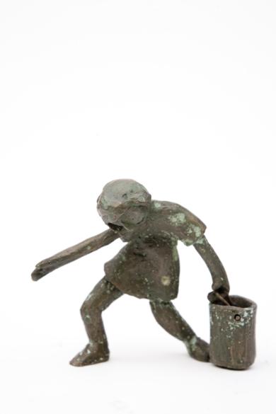 La niña y el cubo|EsculturadeAna Valenciano| Compra arte en Flecha.es