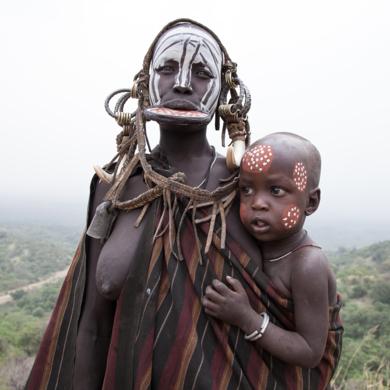 Mujer mursi e hijo.|FotografíadeYael Portabales| Compra arte en Flecha.es