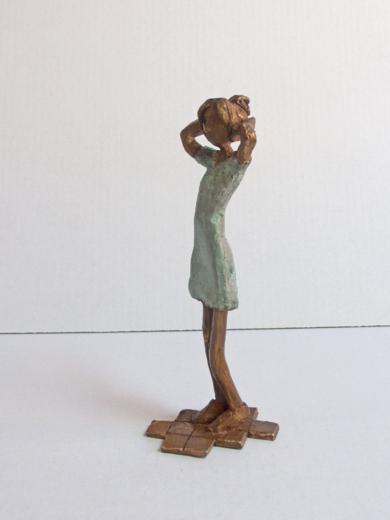 La chica del vestido se recoge el pelo|EsculturadeAna Valenciano| Compra arte en Flecha.es