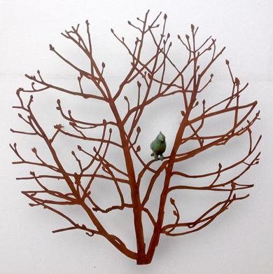 Castaño pequeño con pájaro|EsculturadeCharlotte Adde| Compra arte en Flecha.es