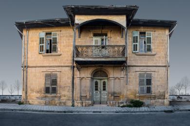 Lone building 15, Nicosia, Chipre FotografíadeAndy Sotiriou  Compra arte en Flecha.es