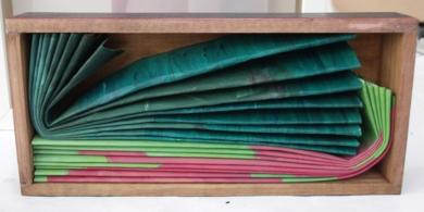 Acomodadas verde y rosa|Escultura de pareddeMaría X. Fernández| Compra arte en Flecha.es