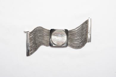 Eje rígido de madre perla y entorno flexible|JoyeríadeEster Ventura| Compra arte en Flecha.es