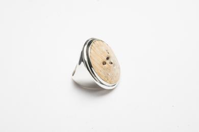 Anillo de plata 950 y concha Strombus|JoyeríadeEster Ventura| Compra arte en Flecha.es