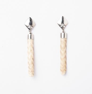 Pendientes de  plata 950 y hueso de mono tallado|JoyeríadeEster Ventura| Compra arte en Flecha.es