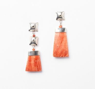 Pendientes asimétricos de  plata 950 y concha Spóndylus|JoyeríadeEster Ventura| Compra arte en Flecha.es