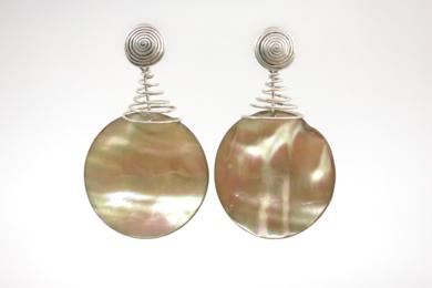Pendientes de plata 950 y madre perla tornasolada|JoyeríadeEster Ventura| Compra arte en Flecha.es