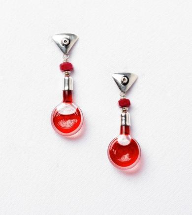 Pendientes de plata 950 y pomitos rojos|JoyeríadeEster Ventura| Compra arte en Flecha.es
