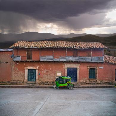 Blue door #14, Lampa, Peru|FotografíadeAndy Sotiriou| Compra arte en Flecha.es