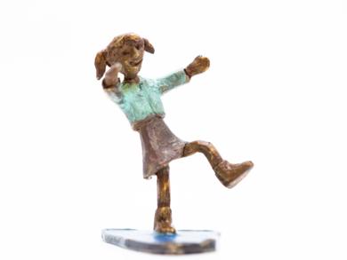 Niña y charco|EsculturadeAna Valenciano| Compra arte en Flecha.es