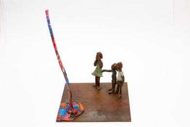 Los niños miraban asombrados . Serie Plazas|EsculturadeAna Valenciano| Compra arte en Flecha.es
