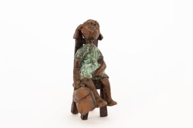 Espera que vengan pronto a recogerla.  Serie Los que esperan|EsculturadeAna Valenciano| Compra arte en Flecha.es