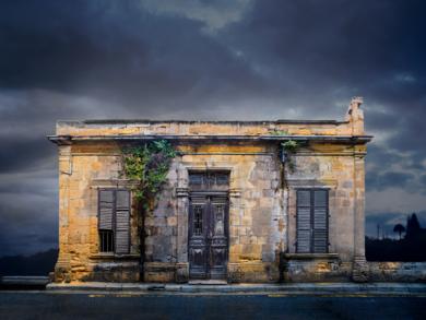 Lone building  25_Nicosia, Cyprus|FotografíadeAndy Sotiriou| Compra arte en Flecha.es