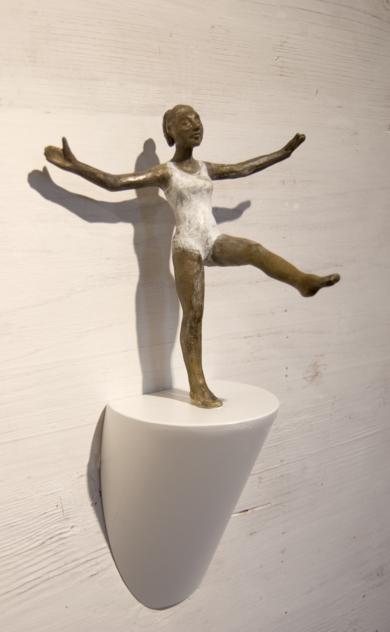 Equilibrio - paso largo|EsculturadeCharlotte Adde| Compra arte en Flecha.es