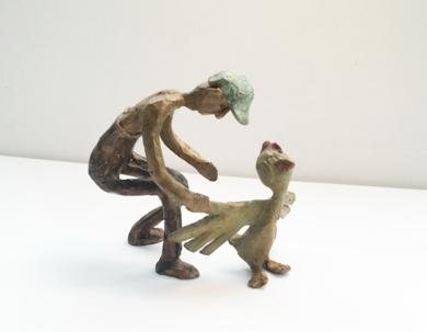 El granjero y el pollo. Serie Granja famélica|EsculturadeAna Valenciano| Compra arte en Flecha.es
