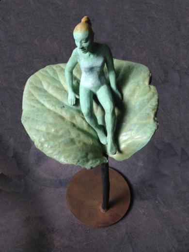 Figura sobre hoja|EsculturadeCharlotte Adde| Compra arte en Flecha.es