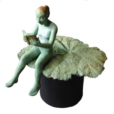 Figura leyendo sobre hoja|EsculturadeCharlotte Adde| Compra arte en Flecha.es