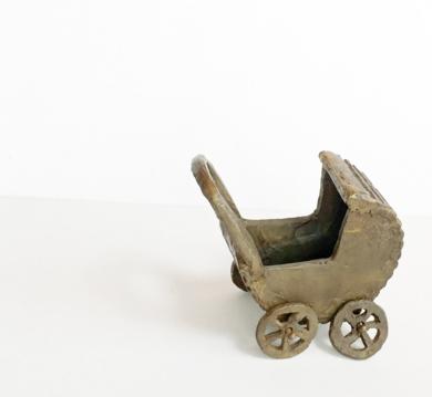 Coche de capota .  SERIE PARQUE MOVIL: JUGUETES PARA ADULTOS|EsculturadeAna Valenciano| Compra arte en Flecha.es