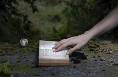 La mano en el libro|FotografíadeLeticia Felgueroso| Compra arte en Flecha.es