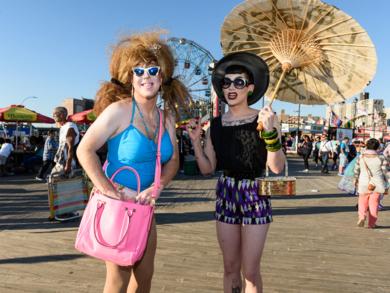 Ladies with Parasol|FotografíadeCano Erhardt| Compra arte en Flecha.es