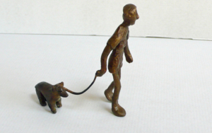 Sacar al perro|EsculturadeAna Valenciano| Compra arte en Flecha.es