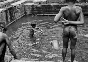 Niños bañándose|FotografíadeVerónica Velasco Barthel| Compra arte en Flecha.es